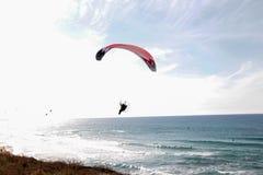 Um paraglider no fundo de bonito vê e céu azul foto de stock