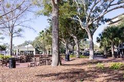 Um parque da cidade de Beaufort South Carolina com grandes árvores e áreas de assento fotografia de stock royalty free