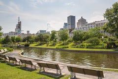 Um parque quieto em Montreal com a skyline fotos de stock