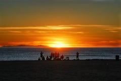Um partido um domingo à tarde do por do sol na costa de Califórnia Fotografia de Stock Royalty Free