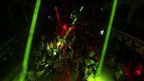 Um partido em um clube noturno Multidão da dança Luz e brilho da busca vídeos de arquivo