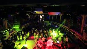 Um partido em um clube noturno Multidão da dança Luz e brilho da busca video estoque