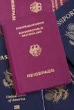 Passaporte alemão na pilha dos passaportes Fotografia de Stock