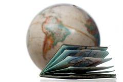Um passaporte bem usado e um globo Imagem de Stock