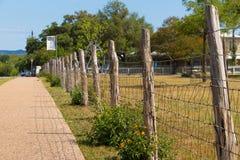 Um passeio ao lado de uma cerca Imagens de Stock