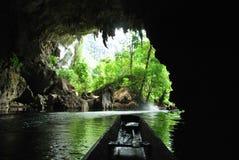 Um passeio do barco através da caverna de Kong Lor em Laos central fotografia de stock royalty free