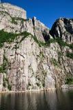 Um passeio em a montanha para o Preikestolen Foto de Stock