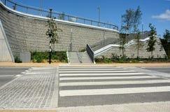 Um passo levantado da zebra Medida de acalmação do tráfego foto de stock
