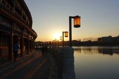 Um pavilhão chinês no parque de Beihai, Pequim imagens de stock