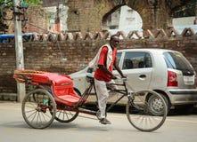 Um pedicab da equitação do homem na rua em Amritsar, Índia Fotos de Stock