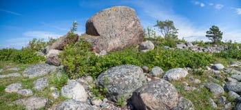 Um pedregulho enorme do granito fotografia de stock royalty free