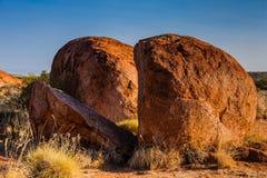 Um pedregulho naturalmente rachado nos diabos marmoreia a reserva da conservação de Karlu Karlu, Território do Norte, Austrália fotos de stock