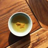 Um peixe amarelo no copo foto de stock