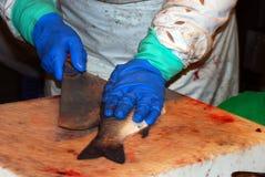 Um peixe da estaca do vendedor no mercado de Boqueria Imagens de Stock