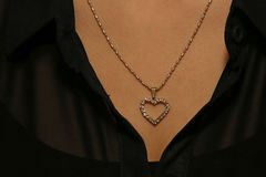 Um pendente bonito em torno do pescoço da menina Fotografia de Stock