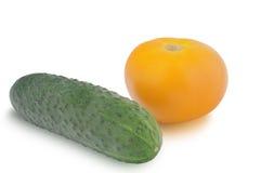 Um pepino e tomate amarelo isolados no fundo branco Fotografia de Stock
