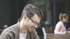 Um perfil de rir o homem considerável nos monóculos fora Fotografia de Stock Royalty Free