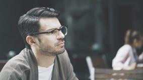 Um perfil do homem considerável nos monóculos fora Fotografia de Stock Royalty Free