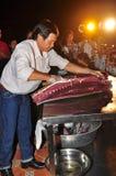 Um perito está executando técnicas da faixa do atum no festival do marisco de Vietname na cidade de Tuy Hoa fotografia de stock