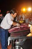 Um perito está executando técnicas da faixa do atum no festival do marisco de Vietname na cidade de Tuy Hoa fotografia de stock royalty free