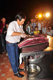 Um perito está executando técnicas da faixa do atum no festival do marisco de Vietname na cidade de Tuy Hoa imagem de stock royalty free