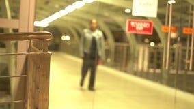 Um Person Walking no terminal de aeroporto Mulher fora do fundo Defocused borrado foco disparado no movimento lento filme