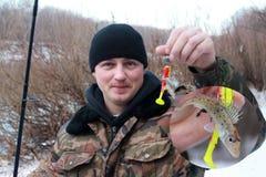 Um pescador com uma captura pequena imagem de stock