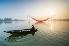 Um pescador não identificado trabalhou na aldeia piscatória de Cua Dai, Hoi An, Vietname Imagens de Stock