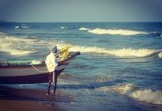 Um pescador nativo indiano que prepara-se para ir pescar imagens de stock