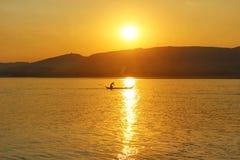 Um pescador no por do sol no Irrawaddy imagem de stock