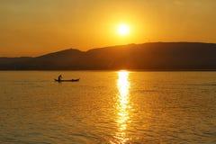 Um pescador no por do sol no Irrawaddy imagens de stock