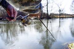 Um pescador trava um peixe Close up de giro do carretel Profundidade de campo rasa no carretel de giro imagem de stock royalty free