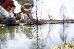 Um pescador trava um peixe Close up de giro do carretel Profundidade de campo rasa no carretel de giro imagens de stock