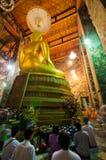 Um pessoa não identificado prayed no templo velho Fotografia de Stock Royalty Free