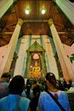 Um pessoa não identificado prayed no templo velho Foto de Stock