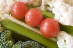 Um petisco saudável: Couve-flor, bróculos, tomates, e aipo Fotografia de Stock