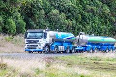 Um petroleiro do leite de Fonterra que viaja ao longo da autoestrada estadual uma em Nova Zelândia Foto de Stock