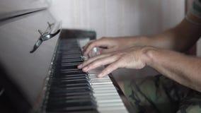 Um pianista do homem joga o piano video estoque