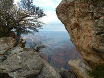 Um pico com Nature& x27; janela de s fotos de stock royalty free