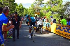 Um piloto de ciclo que olha atrás da raça do ciclo de Vuelta España do La imagem de stock