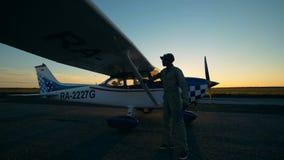 Um piloto que limpa a fuselagem de um avião, fim acima vídeos de arquivo
