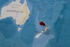 Um pino em auckland, Nova Zelândia no mapa do mundo imagens de stock