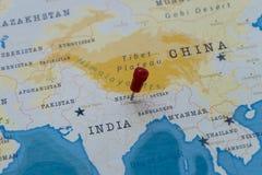 Um pino em kathmandu, nepal no mapa do mundo fotografia de stock royalty free
