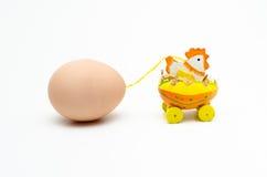 Uma galinha que reboca um ovo foto de stock