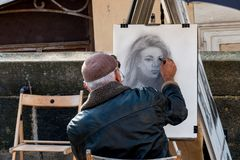 Um pintor em Charles Bridge em Praga Fotos de Stock