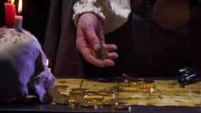 Um pirata está contando acima das moedas douradas na tabela, 4k filme