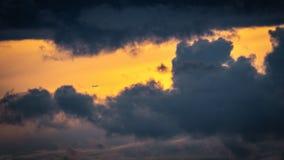 Um plano distante ganha a altura entre as nuvens escuras fotos de stock royalty free
