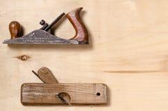 Um plano e um jointer colocam em uma folha da madeira compensada Imagem de Stock Royalty Free