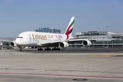 Um plano ereto da linha aérea dos emirados em uma pista de decolagem Fotografia de Stock