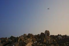 Um plano está voando sobre as ruínas Foto de Stock